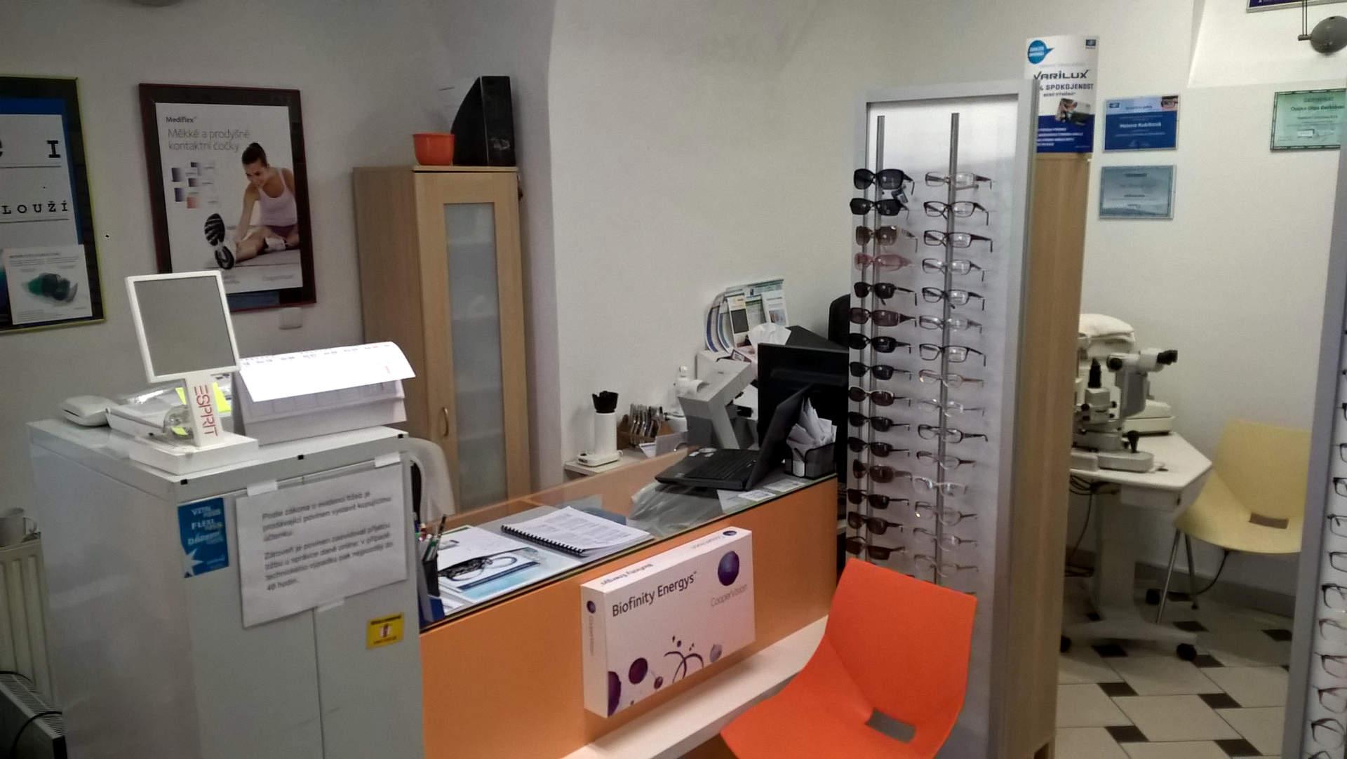 Pohled na interiér aplikačního centra kontaktních čoček v Českých Budějovicích.