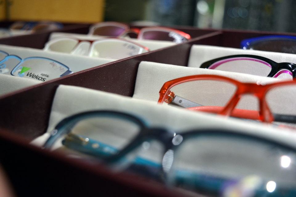 Krabička s dámskými brýlemi - modré, červené, fialovo černé. Plastové, kovové. S tenkými i tlustými obroučkami.