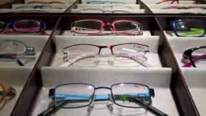 Pohled na pouzdro s brýlemi - kovové, s polovičními rámečky.